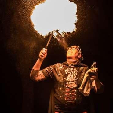 Spectacle de feu en déambulation - Les déambulations, Spectacle de feu de rue, Flamboyantes, cracheur de feu, spectacle de feu, art de rue, spectacle de rue, déambulations de feu