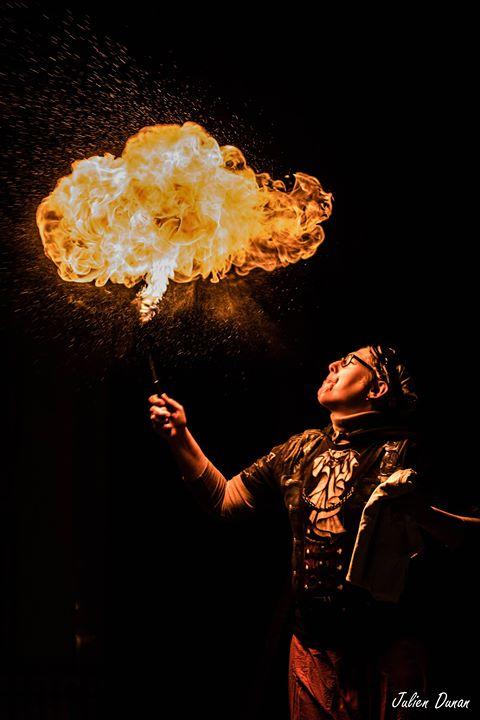 cracheur de feu, spectacle de feu, art de rue, spectacle de rue, déambulations de feu