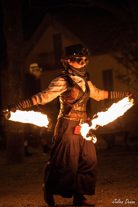 performeuse feu, déambulation steampunk, déambulations flamboyantes, spectacles de feu ambulant, spectacle de rue, art de rue.