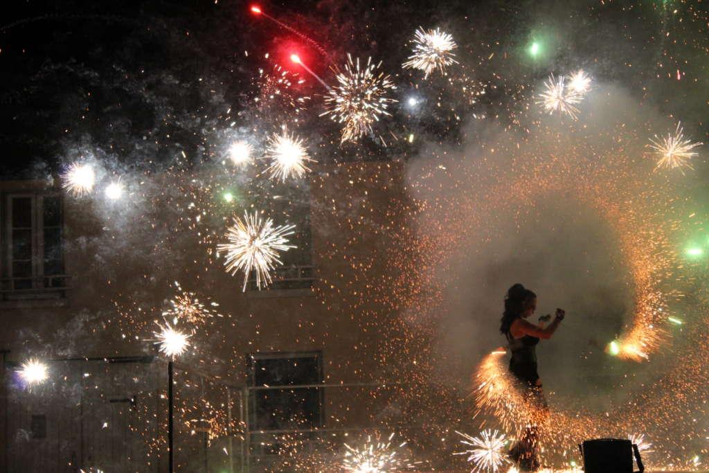spectacle de feu et pyrotechniques, feu d'artifices, étincelles, spectacle de feu, Compagnie Arteflammes Art et flammes, fire show,