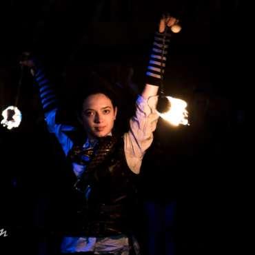 performeuse feu, jongleuse feu, spectacle de feu, artiste, fire show girl, pirate, évent, événementiel, pyrotechnie, spectacle pyrotechnique