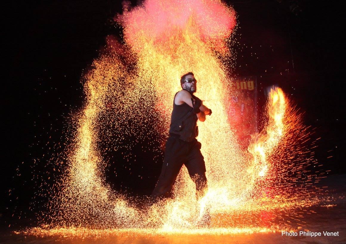 Spectacle de feu à Lyon logo compagnie arteflammes, Artistes, spectacle, fire show, échassiers, déambulation, magie, clown, pirate, viking, médiéval,