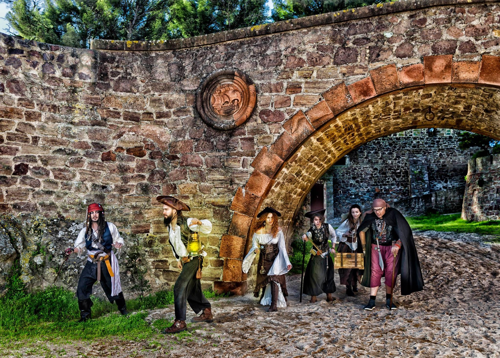 Spectacle de rue et déambulations pirates, déambulation échasses, spectacle pirate, spectacle enfant, spectacle interactif, jongleur, magiciens, pirate, pirates sur échasses, déambulations pirates, compagnie de pirate, équipage de pirates