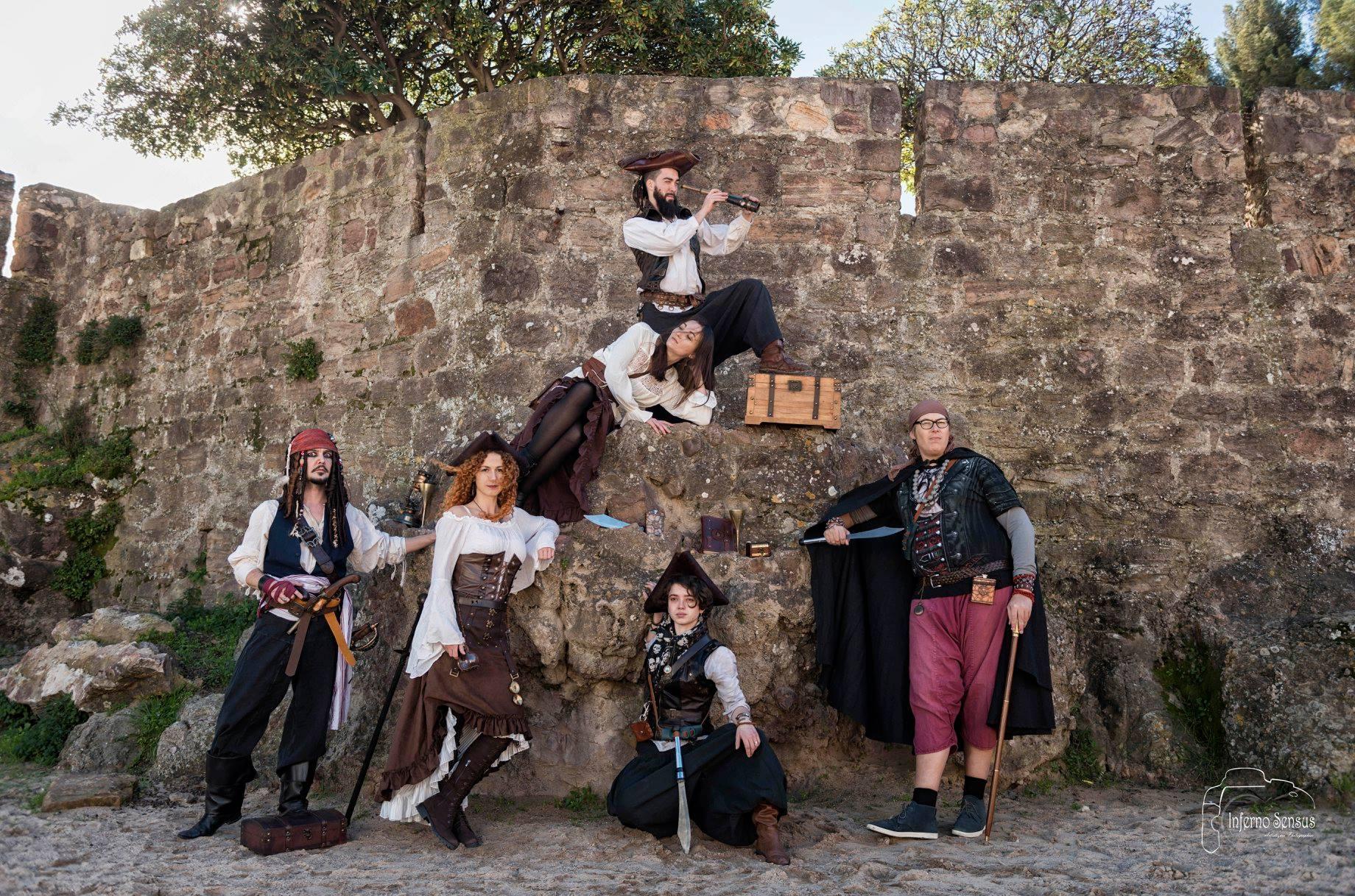Spectacle de rue et déambulations pirates, déambulation échasses, spectacle pirate, spectacle enfant, spectacle interactif, jongleur, magiciens, pirate, pirates sur échasses, déambulations pirates.